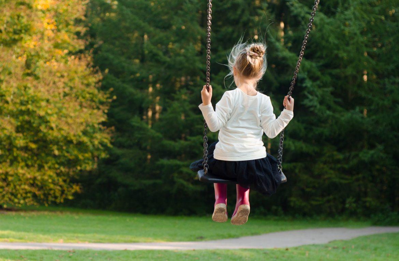 Jak urządzić przydomową przestrzeń dla dziecka